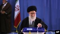 3월 2일 테헤란의 한 투표장을 찾아 총선 투표를하는 이란 최고지도자 하메네이