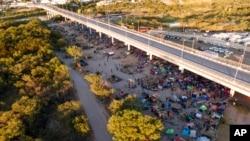 Migranti u improvizovanom kampu kod reke Rio Grande u Teksasu, 23. septembra 2021.