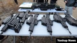18일 경기도 연천군 다락대 시험장에서 열린 주요 무기 공개 시연회에서 시연에 사용할 K-11 복합형 소총이 가지런히 놓여 있다.