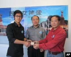 中国留学生彭伟( 左)捐款赞助民主女神计划,右起陈维明、郑存柱