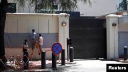 前美国驻成都总领馆大门外的领馆标牌被遮挡住。(2020年7月27日)