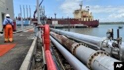 Kapal tanker Celsius Riga siap mengangkut minyak di terminal minyak Kipevu, Mombasa, Kenya.
