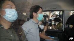 El legislador prodemocracia Ted Hui (centro), arrestado por agentes de la policía en Hong Kong, el 26 de agosto de 2020.