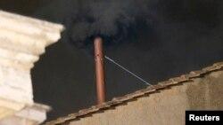 12일 추기경 회의가 열린 바티칸 시스티나 성당에서, 교황 선출이 무산됐음을 알리는 검은 연기가 피어오르고 있다. 추기경 회의는 13일에 계속된다.