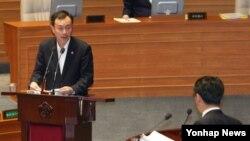 김남식 한국 통일부 차관(왼쪽)이 10일 국회 본회의에서 정청래 민주당 의원의 남북당국회담 실무접촉에 대한 대정부질문에 답변하고 있다.