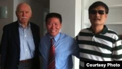 孔傑榮教授(Prof. Cohen)、傅希秋牧師和陳光誠2012年夏在NYU給陳光誠安排的訪問學者宿舍。(photo from China Aid)