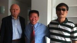 孔杰荣教授(Prof. Cohen)、傅希秋牧师和陈光诚2012年夏在NYU给陈光诚安排的访问学者宿舍。