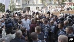 Người biểu tình, phản đối dự luật cho phép sử dụng tiếng Nga là ngôn ngữ chính thức, tranh luận với cảnh sát chống bạo loạn trước trụ sở Quốc hội Ukraina