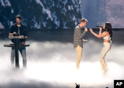 Alex Pall, left, and Andrew Taggart of The Chainsmokers, perform with Halsey at the MTV Video Music Awards at Madison Square Garden, Aug. 28, 2016, in New York.