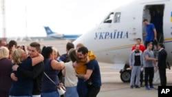 乌克兰被释放的俘虏9月7日抵达基辅机场,与家人团聚。