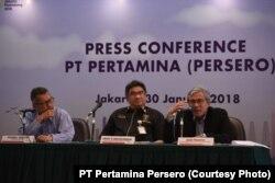 Dari kiri ke kanan: Sekretaris Perusahaan PT Pertamina Syahrial Mukhtar, Direktur Megaproyek Pengolahan dan Petrokimia Ardhy N. Mokobombang, dan Direktur Pengembangan Bisnis dan Manajemen Risikon Gigih Prakoso, berbicara kepada media mengenai proyek Kilang Bontang, Jakarta, 30 Januari 2018. (Courtesy Photo: PT Pertamina)