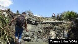 Menurut BNPB, sedikitnya 744 rumah di Petobo, kecamatan Palu Selatan, terendam lumpur akibat fenomena likuifaksi pasca gempa. (Foto: VOA/Yoanes)