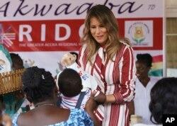 Prva dama SAD daje plišane medvediće deci u bolnici u Akri, u Gani