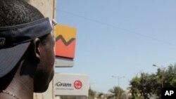 Wani mutum yana kallon masu zanga zangar kin jinin gwamnati a kasar Senegal.