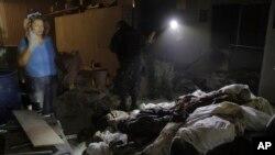 Petugas forensik memeriksa tumpukan jenazah di sebuah krematorium di Acapulco, Meksiko, Jumat (6/2).