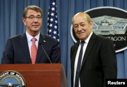 U.S. Defense Secretary Ash Carter (L) and French Defense Minister Jean-Yves Le Drian prepare to leave after a joint news conference at the Pentagon, July 6, 2015.