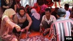 Suasana pemotongan hewan kurban di pengungsian warga Syiah Sampang, rumah susun Puspa Agro, Sidoarjo, Jawa Timur (15/10). (VOA/Petrus Riski)