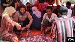 Suasana pemotongan hewan kurban di pengungsian warga Syiah Sampang, rumah susun Puspa Agro, Sidoarjo, Jawa Timur, 15 Oktober 2013 (VOA/Petrus Riski)