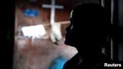Seorang perempuan suku Kachin, Myanmar, penyintas perdagangan manusia di China, duduk di kamp pengungsi di Myanmar utara (foto: dok).
