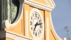 玻利維亞指針向左旋轉的時鐘