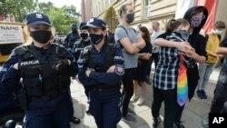"""Protest ispred Ministarstva prosvjete u Varšavi 4. oktobra 2020, zbog izbora novog ministra prosvjete Pržemislava Carneka, koji je izjavio da LGBT ljudi """"nisu isti kao normalni ljudi."""""""