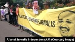 Poster jurnalis yang terbunuh saat menjalankan tugas, Prabangsa, serta tuntutan pencabutan remisi oleh Presiden digelar jurnalis dari AJI se-Jawa Timur, Surabaya, 9 Februari 2019. (Foto: Aliansi Jurnalis Indonesia)