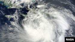 Ảnh do vệ tinh Tera của NASA chụp: Bão Isaac di chuyển về hướng đông trong vùng biển Caribé, 15:20 UTC ngày 24/8/2012.