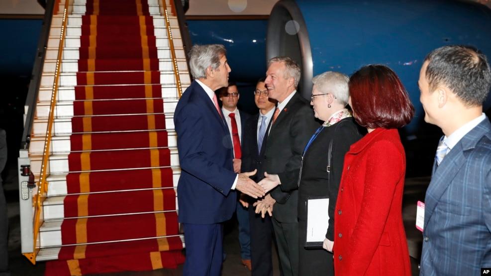 Đại sứ Hoa Kỳ tại Việt Nam Ted Osius chào đón Ngoại trưởng Hoa Kỳ John Kerry tại sân bay Nội Bài, Hà Nội, ngày 12 tháng 01 năm 2017.