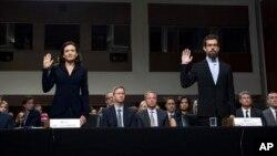 Sheryl Sandberg et Jack Dorsey prêtent serment avant de déposer devant la commission sénatoriale, Capitol Hill, Washington, le 5 septembre 2018