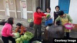 북한이 유네스코에 제출한 '김치 담그기' 사진. 사진 출처 = 유네스코(UNESCO) 웹사이트.