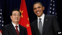 US President Barack Obama greets Chinese President Hu Jintao before the APEC leaders dinner in Honolulu, November 12, 2011.