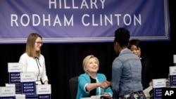 """Hillary Clinton pada acara peluncuran buku barunya, """"What Happened"""", di toko buku Barnes & Noble di New York, Selasa (12/9)."""