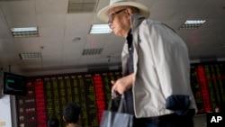 2015年7月8日星期三一位老人准备离开北京的股票经纪公司