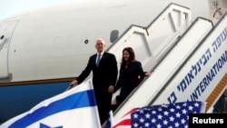 Майк Пенс и Карен Пенс в международном аэропорту имени Бен-Гуриона