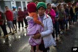 Imigrantes que fazem parte da caravana de centro-americanos que se dirige aos EUA