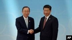 반기문 유엔 사무총장(왼쪽)이 지난 2014년 5월 중국 상하이에서 열린 '아시아 교류와 신뢰구축회의'에 참석해 시진핑 중국 국가주석과 악수하고 있다. (자료사진)
