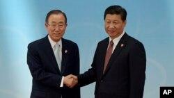 반기문 유엔 사무총장(왼쪽)이 21일 중국 상하이에서 열린 '아시아 교류와 신뢰구축회의'에 참석해 시진핑 중국 국가주석과 악수하고 있다.