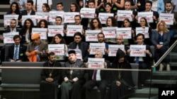 Le militant et chef de file de la société civile Anerkennung Jetzt (Recognition Now), Ilias Uyar (Bottom 2nd R), rréagit après que les députés aient voté pour la reconnaissance du génocide arménien à Berlin le 2 juin 2016.