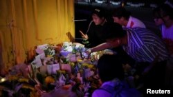 河南鄭州市民在地鐵5號線站台前給洪災死難者獻花並用手機拍攝。(2021年7月26日)