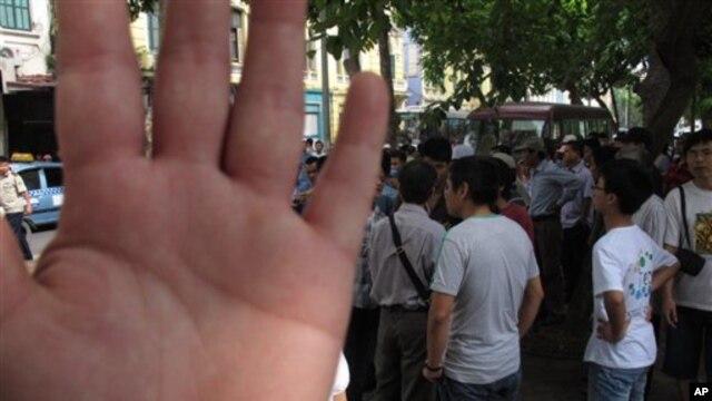 Công an Việt Nam ngăn phóng viên chụp hình vụ bắt giữ người biểu tình tại Hà Nội, ngày 2/6/2013.