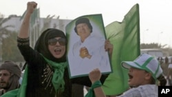 一名利比亚妇女6月7日在首都的黎波里卡扎菲住所旁集会时高呼口号
