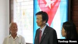 지난 5일 쿠바 아바나의 한인후손회관을 방문한 윤병세 한국 외교부 장관(가운데) 뒤로 쿠바 국기가 걸려 있다. 윤 장관은 한국 외교 수장으로는 최초로 미수교국 쿠바를 방문했다.