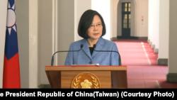 """台湾总统蔡英文2月20日针对""""两岸和平协议""""在总统府发表""""回廊谈话""""(照片来源:中华民国总统府)"""
