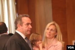 布雷纳德与夫婿--国务院东亚助卿坎贝尔(美国之音张蓉湘拍摄)