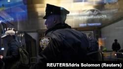 Njujorški policajac na zadatku, ilustrativna fotografija (REUTERS/Idris Solomon)