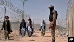 پاکستان نے سرحد کے آرپار آمد و رفت کنٹرول کرنے کے لیے افغانستان کی سرحد پر آہنی باڑ نصب کر دی ہے۔ حکام کا کہنا ہے کہ اس سے 80 فی صد تک دہشت گردی کے واقعات کم ہو ئے ہیں۔