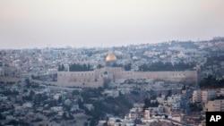 Kubah Masjid 'The Dome of the Rock' di komplek Masjid Al-Aqsa di kota tua Yerusalem (14/10).