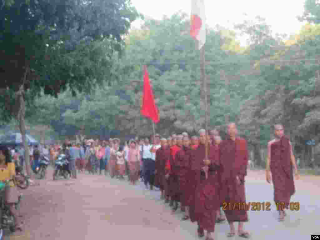 Monks and protesters march in a demonstration against a Chinese-backed copper mine, Monywa, Burma, November 21, 2012. (VOA Burmese Service)