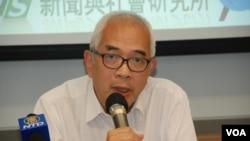程翔表示,北京領導人的左傾政策對香港的政改有影響 (美國之音湯惠芸拍攝)