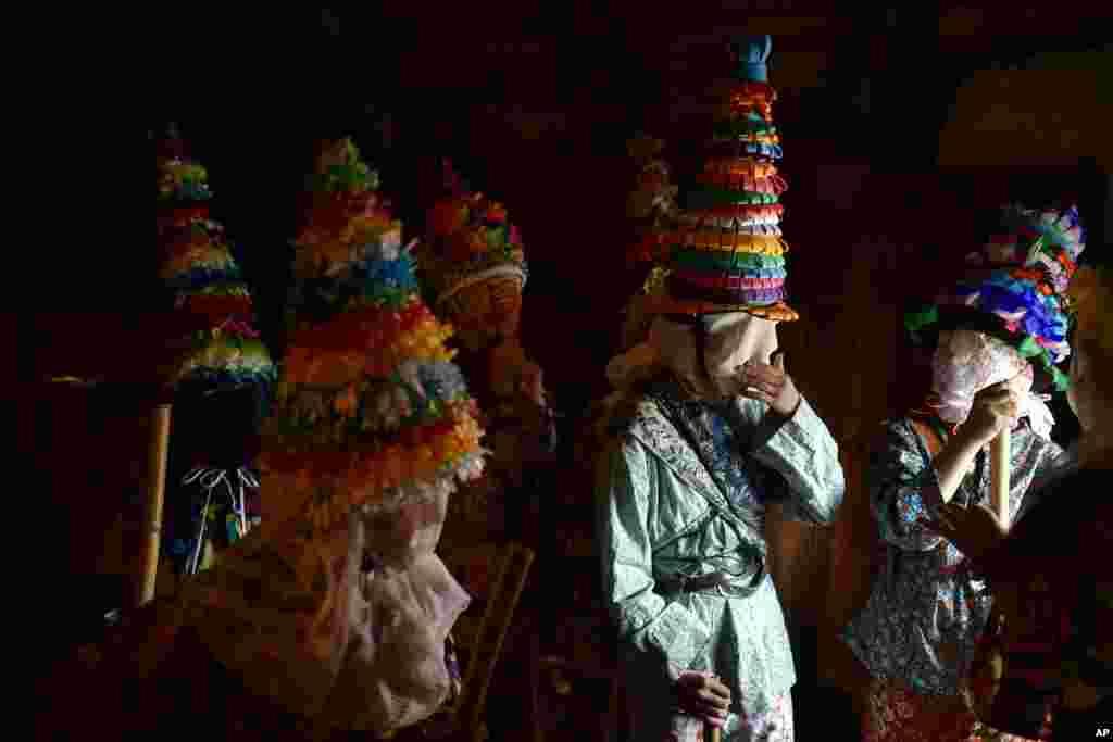 از عکس های روز   شرکت کنندگان در یک کارناوال قدیمی در روستایی در شمال اسپانیا؛ این کارناوال یک سنت باستانی است که نبرد بین نیروهای خیر و شر در آن نمایش داده می شود.